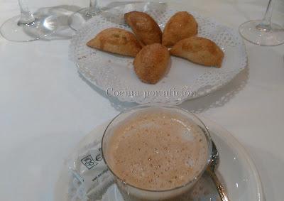café y minipastissets de confitura de alcachofa