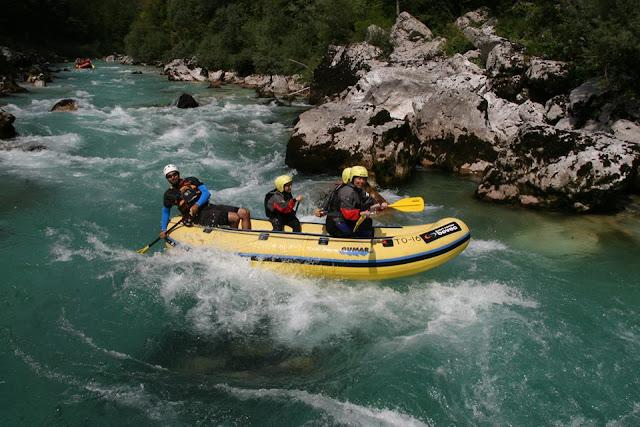 Foto haciendo rafting en Eslovenia. Ruta en autocaravana por Eslovenia. Eslovenia con Niños | caravaneros.com