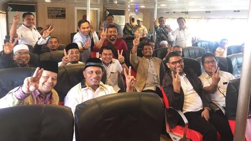 Hidayat Nur Wahid dan kader PKS berfoto salam 2 jari
