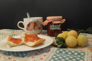 Desayunando con mermelada de ciruelas.