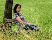 Eine Frau, die nachdenklich auf einer Bank sitzt