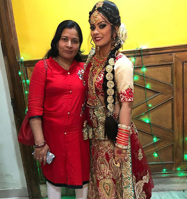 nidhi jha with mother