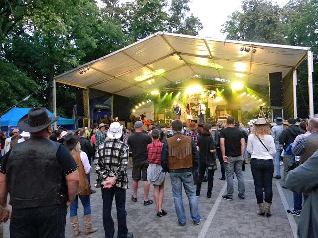 widownia festiwalu country w parku w Wolsztynie