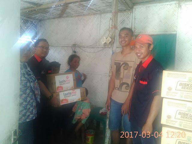 Lazismu Jember bersama Kades Karang kedawaung memberikan Bingkisan untuk janda dhuafa