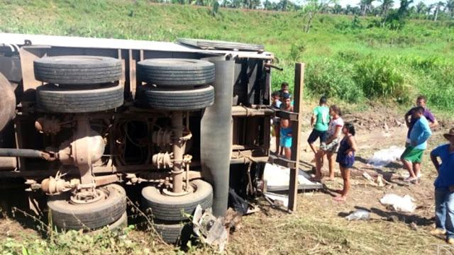 Carreta tomba e carga é saqueada na BR-222 no Maranhão