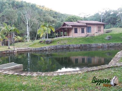 Construção de lago com pedra moledo com a execução do paisagismo e a construção da casa rústica em sítio em Piracaia-SP.