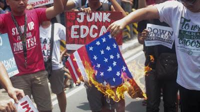 Un grupo de manifestantes prende fuego a bandera estadounidense durante una manifestación en el 'Día de la Independencia' de Filipinas, 12 de junio de 2016.