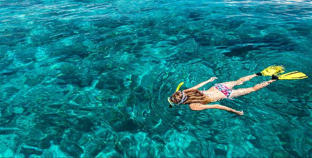 Snorkeling di sekitar pantai