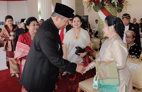 Ketika SBY dan Megawati Bersalaman di Istana Merdeka