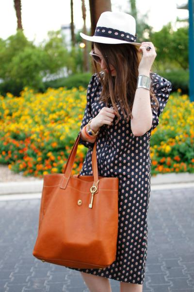 Fossil Leather Bag Makes Women Look Chic And Sophisticated