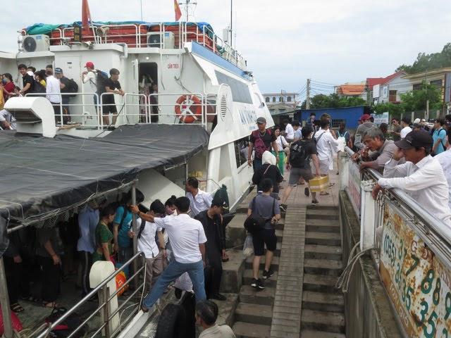 Điều động hơn 14 chuyến cao tốc đưa khách mắc động tại Lý Sơn vào đất liền