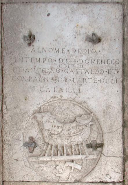 Inschrift im Pflaster des Kreuzgangs von San Francesco de la Vigna