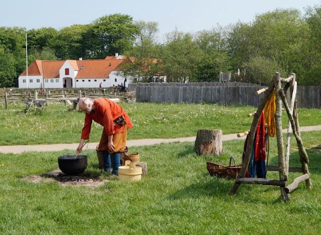 Erlebt die Wikinger! Unser Tag im Ribe VikingeCenter. Stoffe färben bei den Wikingern von Dänemark!