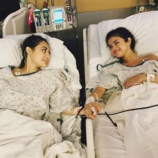 Selena Gomez bergandengan dengan sahabatnya Francia Raisa yang menyumbangkan organ ginjal untuknya.