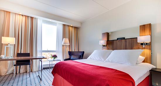Desain interior kamar hotel dengan gaya scandinavia