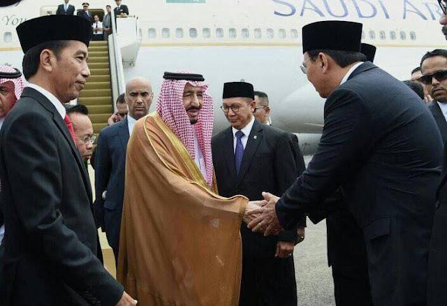 Gubernur DKI Jakarta Basuki Tjahaja Purnama alias Ahok myambut dan bersalaman dengan Raja Arab Saudi, Raja Salman, di Bandara Halim Perdanakusuma, Rabu 1 Maret 2017 - Foto: Facebook