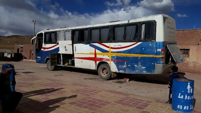 Der Bus hat schon viele Jahre auf der Achse. Eine Delegation der Schülerinnen und Schüler sollte zu einem Turnier in ein Dorf fahren. Leider sind einige Blattfedern gebrochen und sie müssen lange auf  unserem Dorfplatz ausharren bis alles repariert ist.