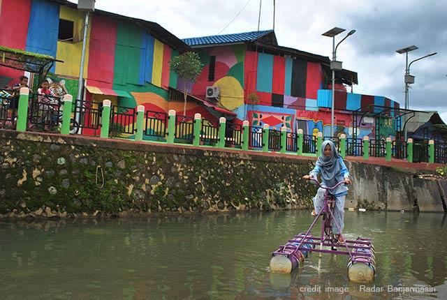 Warga Kampung Pelangi, Sumberadi, Kelurahan Guntung Paikat, Kota Banjarbaru berinovasi menyulap destinasi wisata Kampung Pelangi lebih menarik lagi. Satu wahana sepeda air pun disediakan. Terbukti, baru saja dibuka sudah banyak pengunjung yang antre.