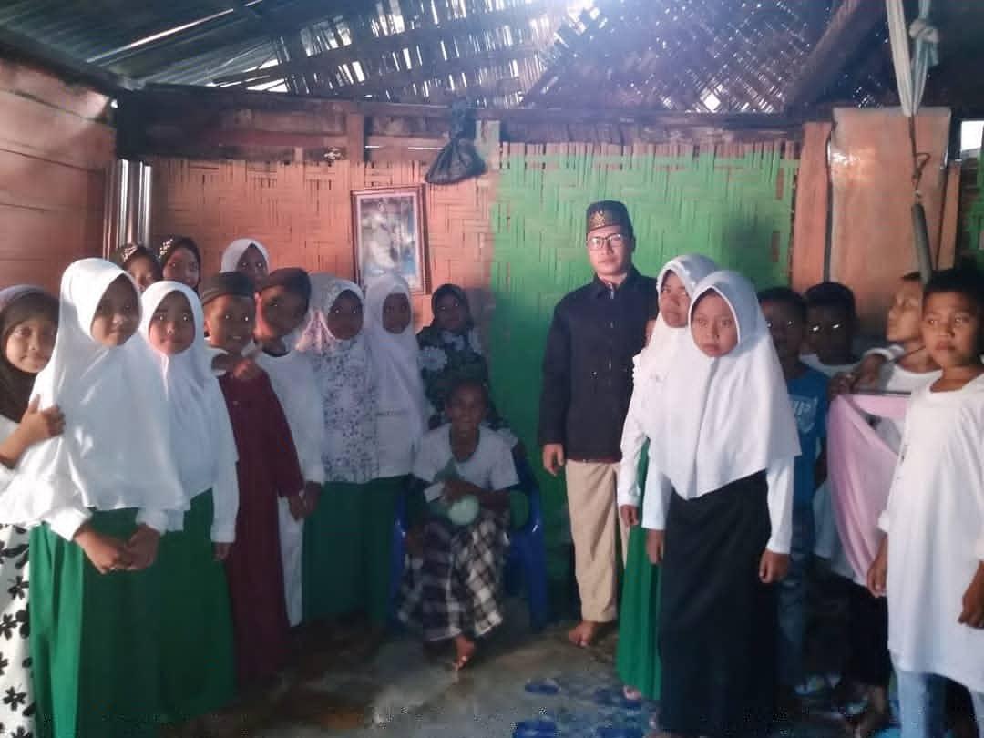 PEDULI: Murid Rumah Quran Nurul Huda peduli kepada para lansia.