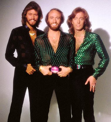 Foto de integrantes de Bee Gees parados