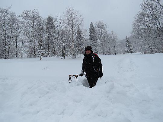 W śniegu.