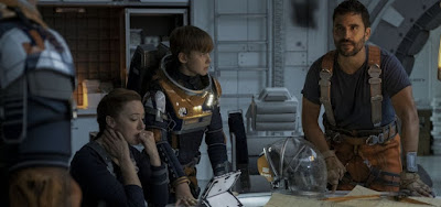 Molly Parker (Maureen), Maxwell Jenkins (Will) e Ignacio Serricchio (Don) em cena de Perdidos no Espaço