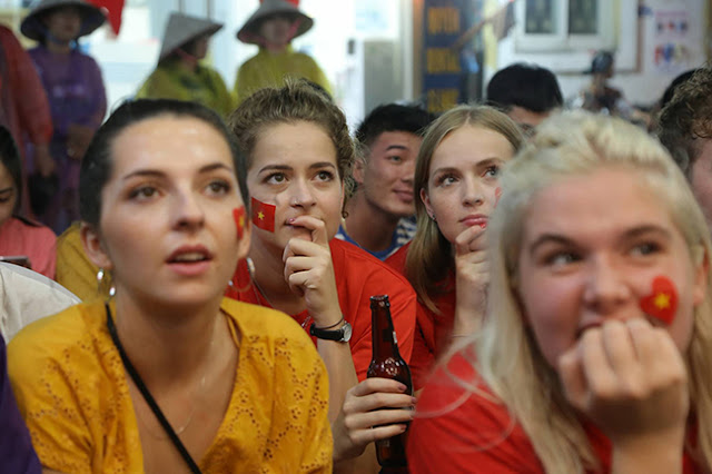 Photo: Foreign tourists also sad when Vietnam loses Korea 2