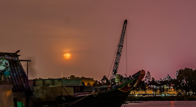 Trăng Nguyên Tiêu thắp sáng màn đêm Cần Thơ. Hình ảnh: Trường Huỳnh.