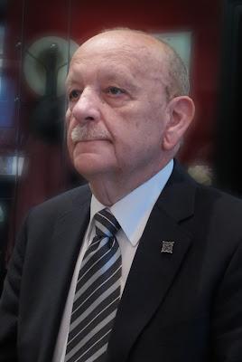 Luis Gutiérrez, presidente del Grupo Filatélico y Numismático Ovetense y secretario de la Fasfil