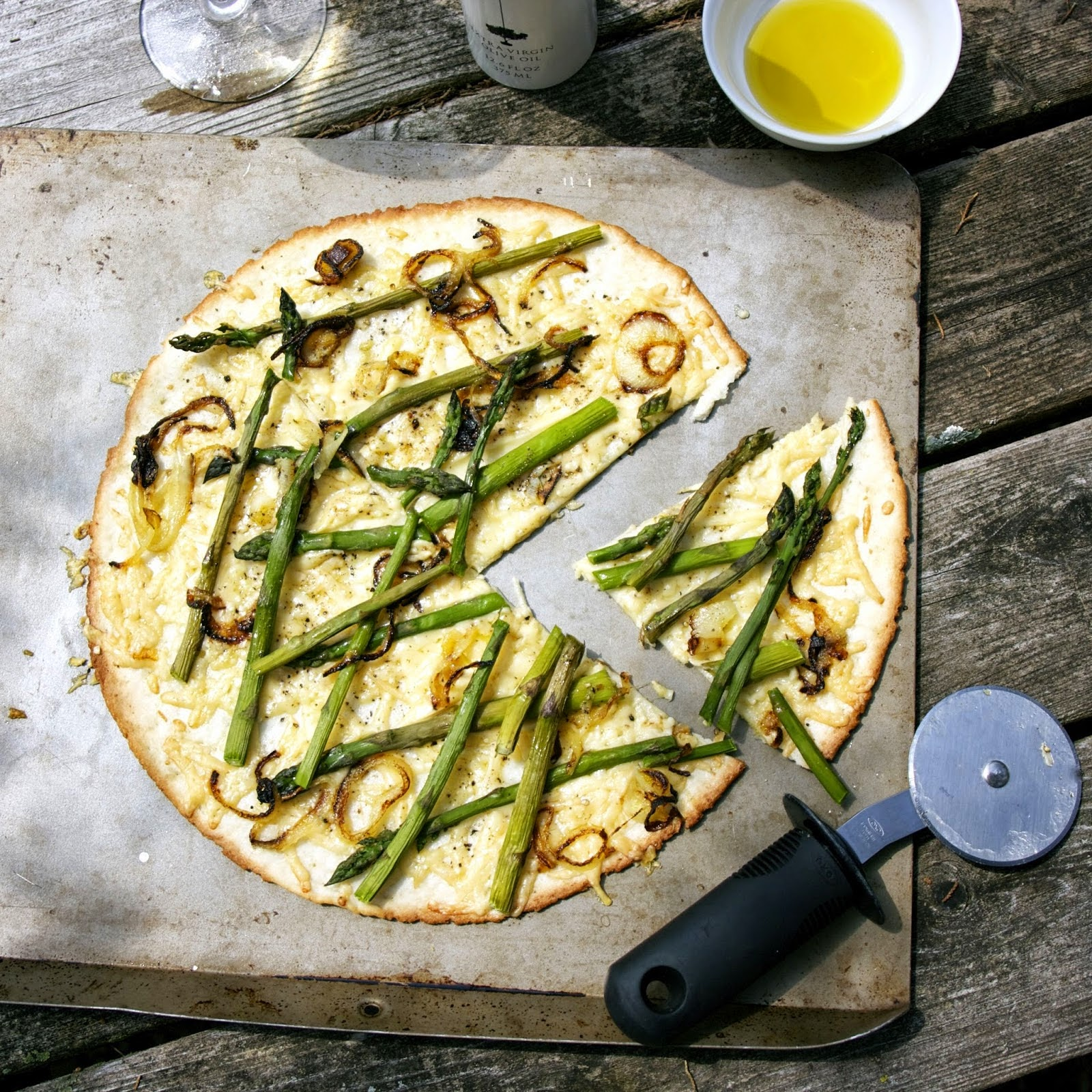 http://www.simplelivingeating.com/2014/05/asparagus-pizza-gluten-free-river.html