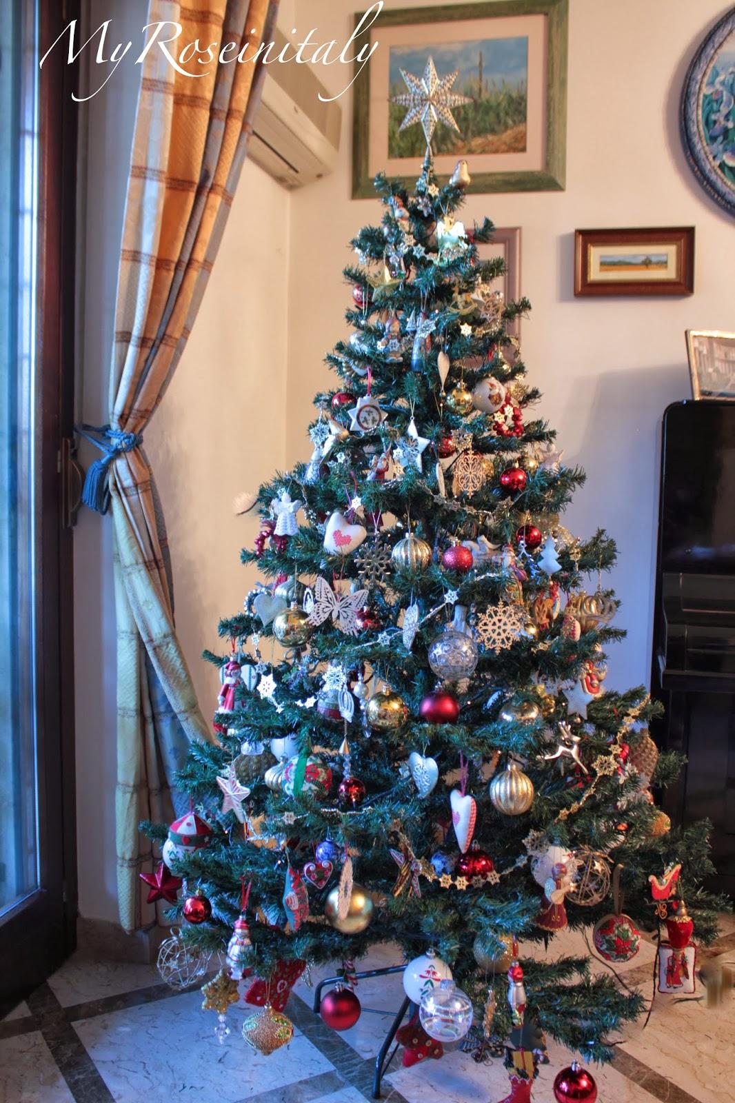 ... arrotolandole a spirale tutto intorno all albero. Il risultato finale è  molto equilibrato e ordinato. Maggiore è la quantità di decorazioni da  appendere ... 54fa51cb7c9d