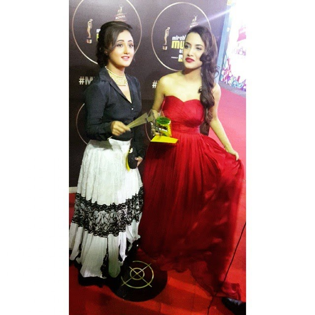 rashmi desai , & sana , joins us on the red carpet , at the m maw ards ,