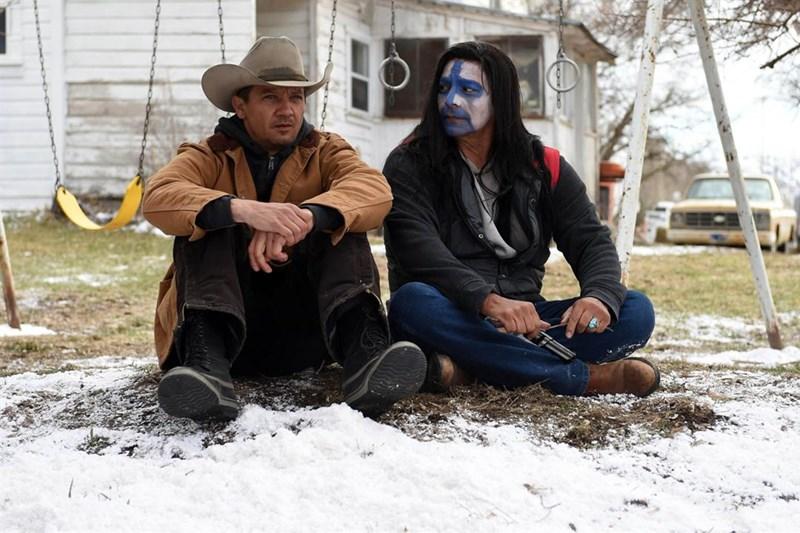 SINOPSE: Cory (Jeremy Renner), caçador de coiotes e predadores traumatizado pela morte da filha adolescente, encontra o corpo congelado de uma menina em meio ao nada e inicia uma investigação sobre o crime com o auxílio de uma agente novata do FBI (Elizabeth Olsen) que desconhece a região.