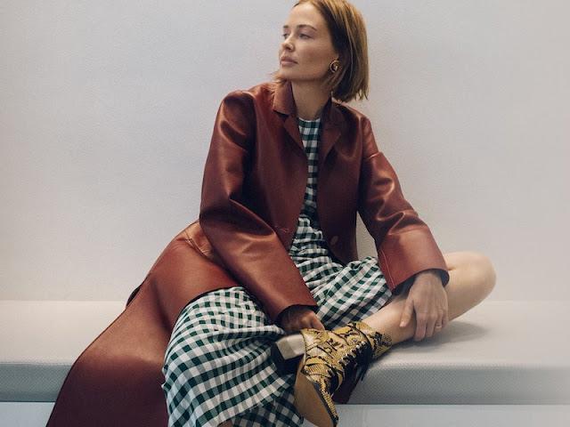Платье в клетку виши смотрится непринужденно с кожаным пальто