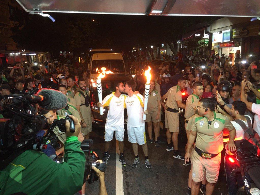 Condutores se beijam no revezamento da tocha olímpica em Ipanema