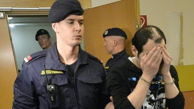 """Austrijos teismas pagaliau ėmė bausti """"pabėgėlius"""" prievartautojus"""