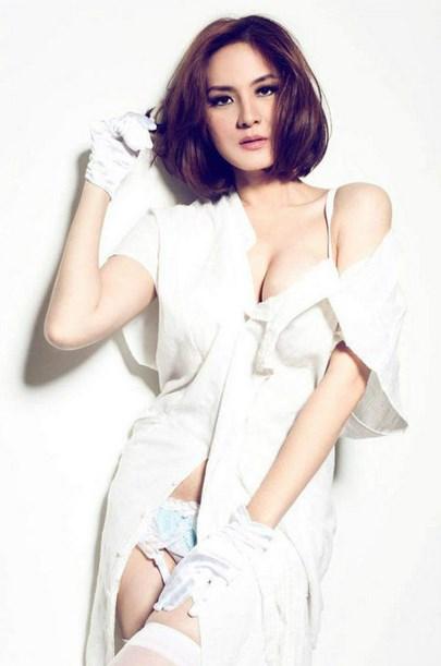 Foto Model-Model Cantik Indonesia Tercantik cantal Della Concetta Model Igo Cantik Terbaru Pose Menantang cd putih