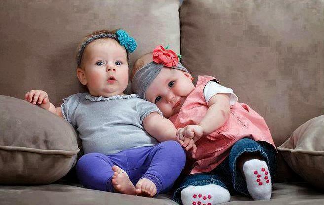 mutlu sevimli küçük bebek çift