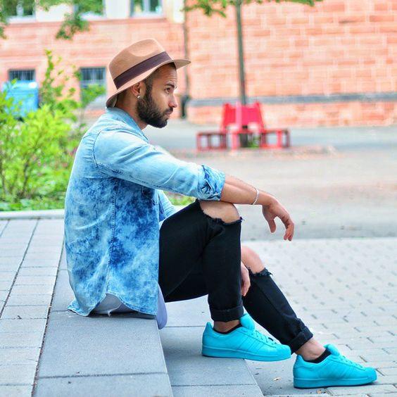 Look masculino adidas superstar azul colorido