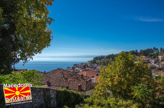 Охрид - панорама - поглед од дворот на црквата Пресвета Богородица Привлептос (Св. Климент)
