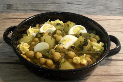 Garbanzos con patatas, borraja y huevo