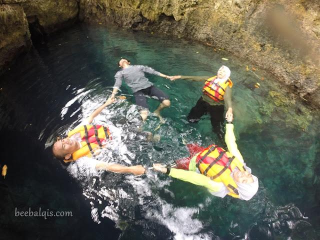 Berenang di Goa Halo Tabung Kalimantan Timur
