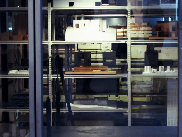 preteleiras com maquetes na Casa da Arquitetura em Matosinhos