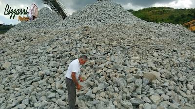 Bizzarri nas pedreiras garimpando pedras brutas para fazer as construções com pedras, revestimentos com pedra, muros com pedra, calçamento com pedra e parede de pedra.