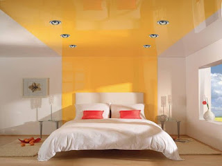 Желтый потолок в спальне