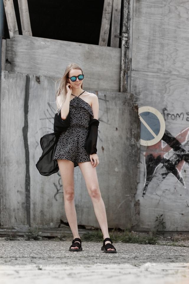 Make people stare outfit H&M playsuit stippen zwarte kimono dr martens sandalen