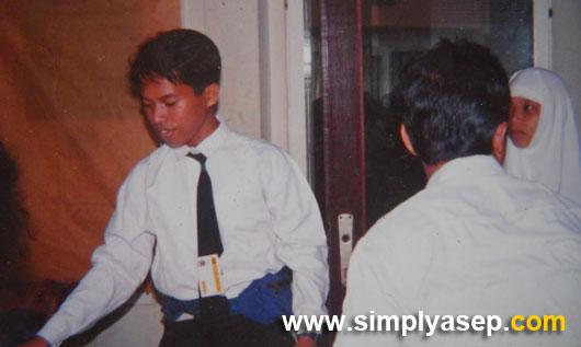 PUTIH : Saya suka dengan kemeja putih. Ini foto saat berlangsungnya seminar ESA FKIP UNTAN dengan ketua pelaksananya Abdullah Thohir sekitar tahun 1992 kalau tidak salah. Sebelah kanan saya Utin Laviana.  Foto IST