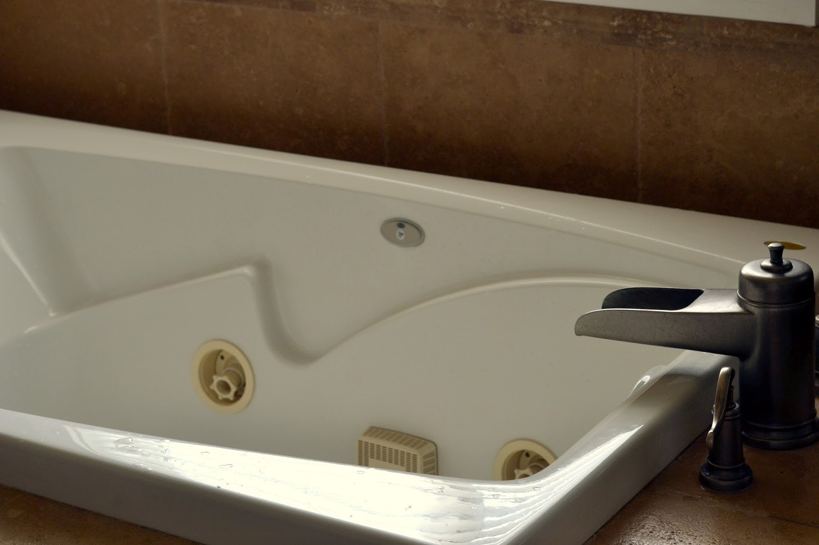 how to deep clean a jetted tub