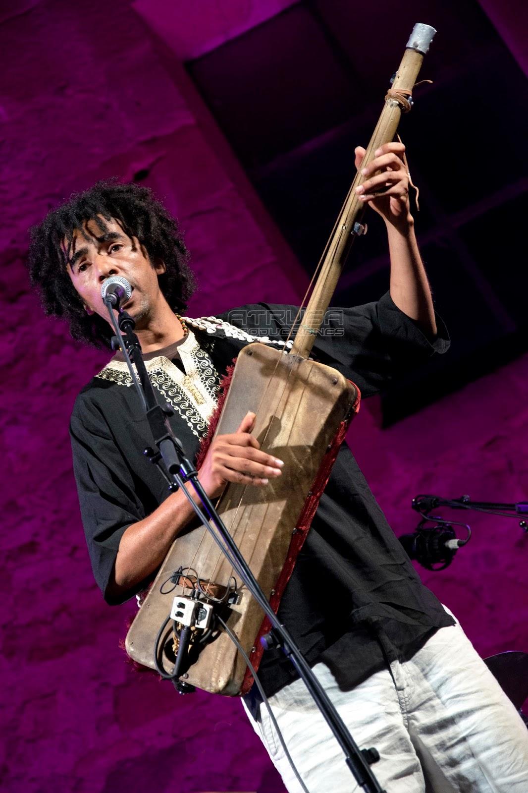 hombre tocando instrumento música árabe