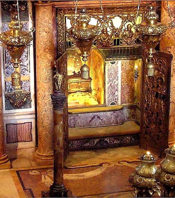 Ossos de São Pedro numa urna no Altar da Confissão no Vaticano